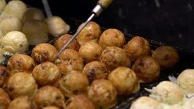 Ο σε αργή κίνηση ιαπωνικός προμηθευτής προετοιμάζει εύγευστο Takoyaki στα καυτά παν τρόφιμα Ιαπωνία φιλμ μικρού μήκους