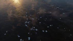 Ο σιβηρικός ποταμός παγώνει Μεταβαλλόμενη εποχή από το φθινόπωρο στο χειμώνα απόθεμα βίντεο