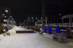Ο σιδηροδρομικός σταθμός νύχτας είναι διακοσμημένος με τις γιρλάντες για το νέο έτος στοκ φωτογραφία με δικαίωμα ελεύθερης χρήσης
