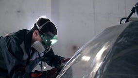 Ο σιδηρουργός ή ο οξυγονοκολλητής, με τη λείανσή του λειαίνει το χάλυβα και το σίδηρο, ακραίο σε σε αργή κίνηση, για να καταστήσε απόθεμα βίντεο