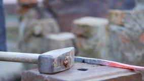 Ο σιδηρουργός απασχολείται στο μέταλλο Βιοτέχνης, Highlander στο ιδιωτικό σιδηρουργείο στο χωριό Μεταφορά του καυτού καταλύματος  φιλμ μικρού μήκους