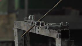 Ο σιδηρουργός εξετάζει τη μορφή των ράβδων σιδήρου απόθεμα βίντεο