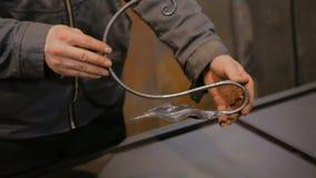 Ο σιδηρουργός που παρουσιάζει διακοσμητικό στοιχείο σφυρηλατεί απόθεμα βίντεο