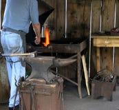 ο σιδηρουργός σφυρηλατεί Στοκ Εικόνα
