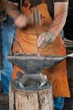 Ο σιδηρουργός τρυπά το πέταλο με διατρητική μηχανή Στοκ εικόνα με δικαίωμα ελεύθερης χρήσης