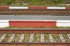 Ο σιδηρόδρομος ακολουθεί την κινηματογράφηση σε πρώτο πλάνο στοκ εικόνες