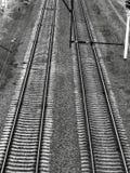 Ο σιδηρόδρομος ακολουθεί τη μαύρη θλιβερή ατμόσφαιρα στοκ εικόνα
