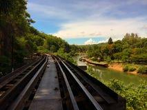Ο σιδηρόδρομος και ο ποταμός με τον ουρανό είναι το υπόβαθρο στοκ εικόνα