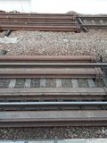 Ο σιδηρόδρομος περιμένει την άφιξη του τραίνου Οι ράγες είναι έτοιμες να πάρουν τα βαγόνια εμπορευμάτων στοκ φωτογραφίες