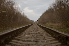 Ο σιδηρόδρομος πηγαίνει στην απόσταση στοκ εικόνες με δικαίωμα ελεύθερης χρήσης