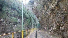 Ο σιδηρόδρομος στενός-μετρητών στο φαράγγι απόθεμα βίντεο