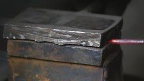 Ο σιδηρουργός κατασκευάζει τις εγκαταστάσεις μετάλλων φύλλων Σφυρί σφυρηλατήστε Κινηματογράφηση σε πρώτο πλάνο καυτό μέταλλο σίδη απόθεμα βίντεο