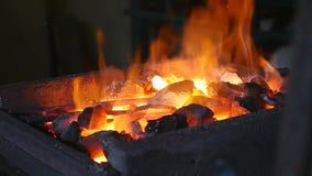 Ο σιδηρουργός σφυρηλατεί το σίδηρο στην πυρκαγιά και διορθώνει τους άνθρακες απόθεμα βίντεο