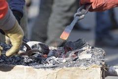 Ο σιδηρουργός δύο σφυρηλατεί τη λεπτομέρεια Στοκ Εικόνα