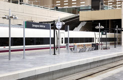 Σιδηροδρομικός σταθμός με το τραίνο υψηλής ταχύτητας Στοκ Φωτογραφία
