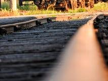 Ο σιδηρόδρομος ακολουθεί επάνω κοντά Στοκ Εικόνα
