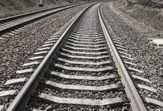 Ο σιδηρόδρομος ακολουθεί τους κοιμώμεούς στο αμμοχάλικο μονοχρωματικό Στοκ εικόνα με δικαίωμα ελεύθερης χρήσης