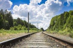 Ο σιδηρόδρομος περνά στην απόσταση από το δάσος Στοκ Εικόνες