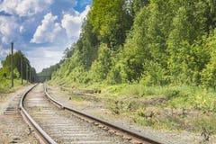 Ο σιδηρόδρομος περνά στην απόσταση από το δάσος Στοκ φωτογραφίες με δικαίωμα ελεύθερης χρήσης
