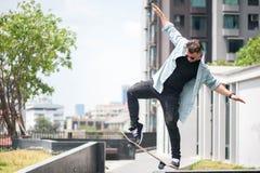 Ο σκέιτερ αγοριών κάνει την ακροβατική επίδειξη στην οδό Στοκ Εικόνα