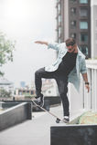 Ο σκέιτερ αγοριών κάνει την ακροβατική επίδειξη στην οδό Στοκ φωτογραφία με δικαίωμα ελεύθερης χρήσης