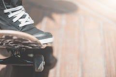 Ο σκέιτερ αγοριών κάνει την ακροβατική επίδειξη στην οδό Στοκ Φωτογραφίες