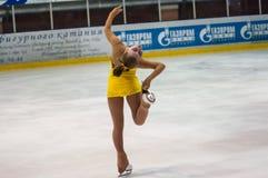Ο σκέιτερ αριθμού κοριτσιών ξεχωρίζει μέσα το πατινάζ Στοκ φωτογραφία με δικαίωμα ελεύθερης χρήσης
