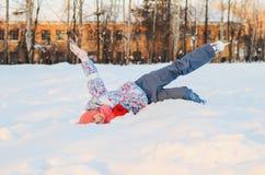 ο σκέιτερ κοριτσιών είναι στο χιόνι Στοκ φωτογραφία με δικαίωμα ελεύθερης χρήσης
