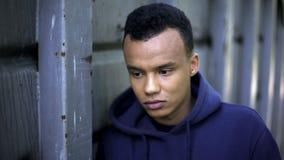 Ο σκεπτικός δυστυχισμένος έφηβος έχασε στη ζωή, καμία μέλλον, κατάθλιψη και απόγνωση στοκ φωτογραφίες