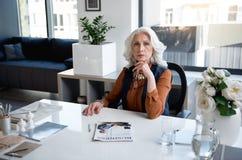 Ο σκεπτικός ηλικίας γυναικείος προϊστάμενος απασχολείται σε στην αρχή Στοκ φωτογραφίες με δικαίωμα ελεύθερης χρήσης