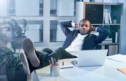 Ο σκεπτικός κομψός επιχειρηματίας ξαπλώνει στην πολυθρόνα Στοκ φωτογραφία με δικαίωμα ελεύθερης χρήσης