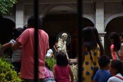 Ο σκεπτόμενος Άγιος σε μια εκκλησία και το φωτοστέφανό του Στοκ φωτογραφία με δικαίωμα ελεύθερης χρήσης