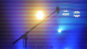 Ο σκηνικοί φωτισμός, ο εξοπλισμός, η ακτίνα και το μικρόφωνο στέκονται σε μια λέσχη νύχτας στοκ φωτογραφία