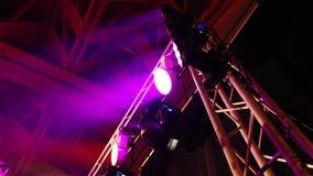 Ο σκηνικός φωτισμός στην αίθουσα, το σκηνικό φως στο μετρητή, στάση μετάλλων για το σκηνικό φως, η άποψη από κάτω από απόθεμα βίντεο