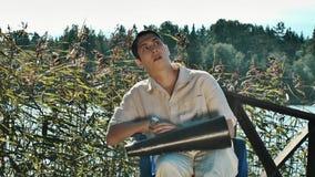 Ο σκηνοθέτης στα καθαρά και άσπρα ενδύματα τρίχας αντιδρά συναισθηματικά να ενεργήσει στη σκηνή φιλμ μικρού μήκους