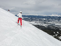 Ο σκιέρ γυναικών έτοιμος για μειώνει το λόφο Στοκ φωτογραφία με δικαίωμα ελεύθερης χρήσης