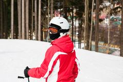 Ο σκιέρ κάνει σκι κάτω από την κλίση στα ξύλα Στοκ Φωτογραφίες