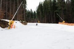 Ο σκιέρ κάνει σκι κάτω από την κλίση στα ξύλα Στοκ φωτογραφίες με δικαίωμα ελεύθερης χρήσης