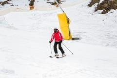 Ο σκιέρ κάνει σκι κάτω από την κλίση Στοκ φωτογραφίες με δικαίωμα ελεύθερης χρήσης