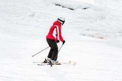 Ο σκιέρ κάνει σκι κάτω από την κλίση Στοκ Εικόνες