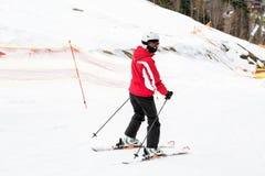 Ο σκιέρ κάνει σκι κάτω από την κλίση Στοκ Φωτογραφίες