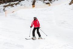 Ο σκιέρ κάνει σκι κάτω από την κλίση Στοκ Εικόνα