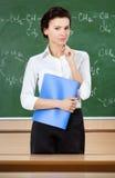 Ο σοβαρός δάσκαλος είναι κοντά στον πίνακα Στοκ Εικόνες