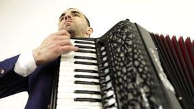 Ο σοβαρός, μουσικός σε ένα μοντέρνο κοστούμι απολαμβάνει το ακκορντέον απόθεμα βίντεο