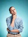 Ο σοβαρός νεαρός άνδρας πέρα από το μπλε υπόβαθρο Στοκ εικόνα με δικαίωμα ελεύθερης χρήσης