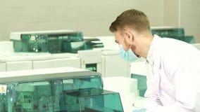 Ο σοβαρός τεχνικός εργαστηρίων έχει αρχίσει ένα εργαστήριο υποβάλλει σε φυγοκέντρωση στοκ εικόνα με δικαίωμα ελεύθερης χρήσης