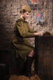 Ο σοβιετικός θηλυκός στρατιώτης σε ομοιόμορφο WW ΙΙ διαβάζει την επιστολή Στοκ Φωτογραφία
