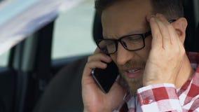 Ο σοφέρ συζητά την αγχωτική κατάσταση στο τηλέφωνο, κίνδυνος ατυχήματος, προβλήματα απόθεμα βίντεο