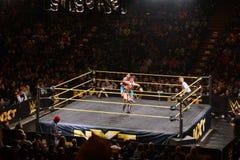 Ο σούπερ σταρ Kalisto WWE NXT βάζει τη λαβή κοιμώμεών στον παλαιστή Solomon Στοκ εικόνα με δικαίωμα ελεύθερης χρήσης