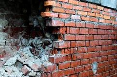 Ο σπασμένος τοίχος των τούβλων Στοκ φωτογραφία με δικαίωμα ελεύθερης χρήσης